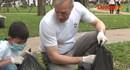 Đại sứ Mỹ Ted Osius cùng bạn trẻ dọn rác, truyền tải thông điệp môi trường