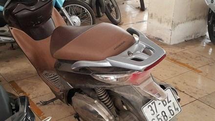 Vợ bóp cổ công an để chồng lấy xe máy vi phạm
