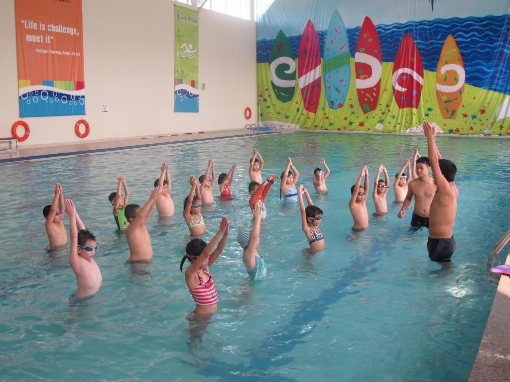 Học sinh học bơi