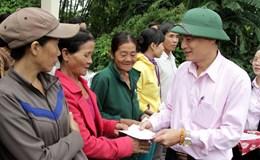 Ngân hàng Chính sách Xã hội trao quà tới bà con vùng lũ Quảng Nam, Quảng Ngãi