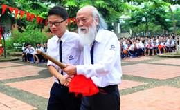 Xúc động hình ảnh học sinh đón thầy Văn Như Cương xuất viện