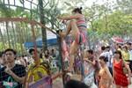 Trèo rào tắm miễn phí, hỗn loạn công viên nước Hồ Tây