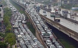 Tắc đường kinh hoàng vì mưa và khai giảng sớm
