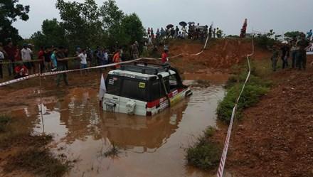 """Dân chơi Việt thi """"phá xe"""" trong mưa"""