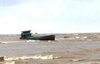 Cứu nạn 4 thuyền viên mắc kẹt, mất tích trong bão số 6