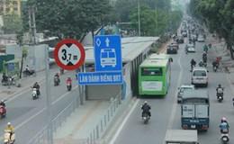 """Hà Nội """"dựng"""" dải phân cách ngăn phương tiện """"đè"""" xe buýt nhanh"""