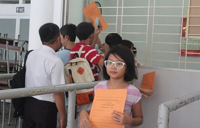 Phụ huynh xếp hàng mua đơn xin khảo sát vào lớp 6 cho con
