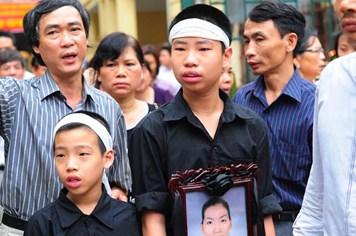 Hai đứa trẻ và di ảnh mẹ đến toà