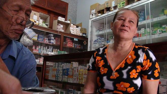 Vợ chồng chủ quầy thuốc 222 xã Quốc Thái (huyện An Phú) trình bày với đoàn công tác của ngành y tế là họ phải chung 2 triệu đồng cho QLTT.
