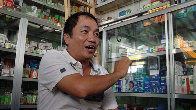 Một chủ quầy thuốc đang trình bày với đoàn kiểm tra của ngành y tế An Giang.