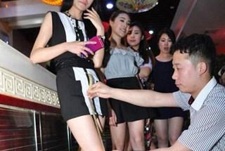 Khách mặc váy càng ngắn, tiền trả càng rẻ