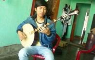 """Gặp """"thần đồng"""" nhạc cụ 18 tuổi ở Quảng Trị"""