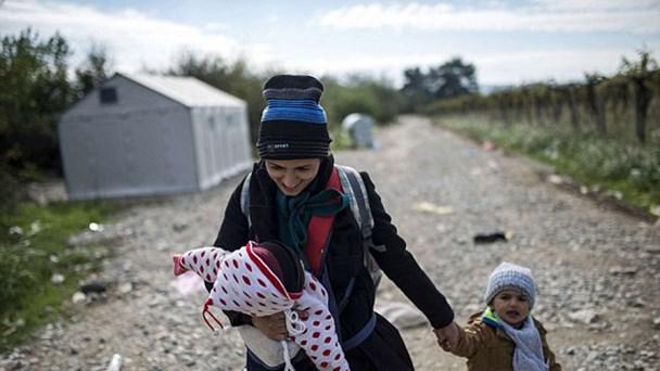 Một bà mẹ và các con đi bộ qua biên giới Hy Lạp - Macedonian.
