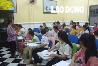 Bà giáo làng bỏ tiền thuê giáo viên dạy tiếng Anh miễn phí cho trẻ em nghèo