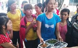 Công khai giá từng kilogram thịt, bó rau trong bữa ăn của công nhân