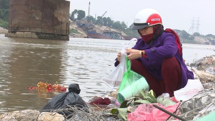 Cá chép, đồ thờ cúng thả bừa phứa từ Cầu Đuống xuống mặt sông