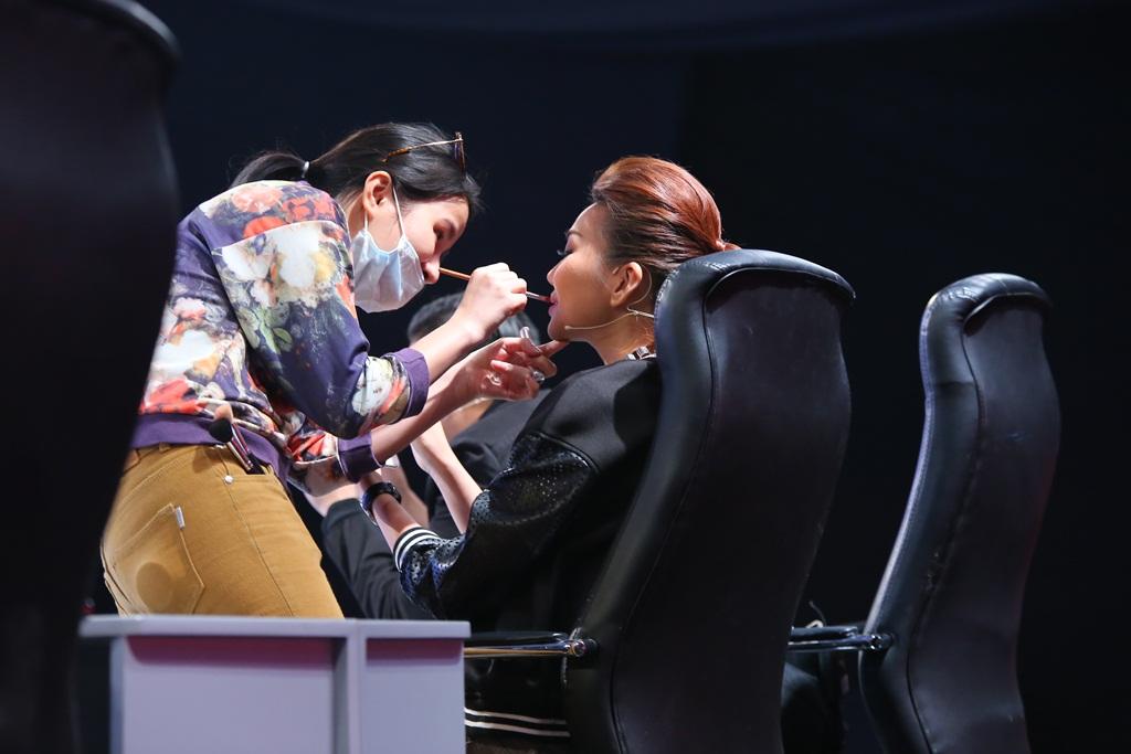 """Việt Hương hờn dỗi Hoài Linh vì siêu mẫu Thanh Hằng và """"siêu nhân"""" Ngô Kiến Huy - H6"""