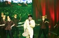 """Trấn Thành nhảy vũ điệu cồng chiêng trên sân khấu """"Cười xuyên Việt"""""""
