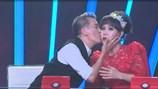 Đàm Vĩnh Hưng bất ngờ hôn Việt Hương trước đông đảo khán giả