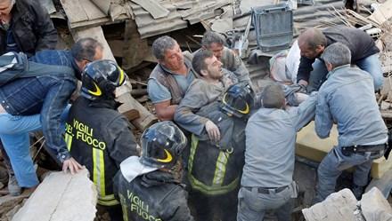 Thảm cảnh sau trận động đất chết người ở Italia