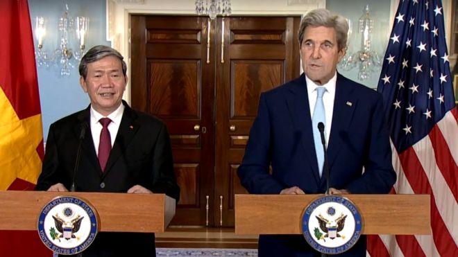 Ngoại trưởng John Kerry tiếp đón Ủy viên Bộ Chính trị, Thường trực Ban Bí thư Đinh Thế Huynh tại Washington DC sáng 25.10.