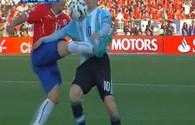 """Messi bị """"chặt chém"""" trên sân, người thân bị tấn công trên khán đài"""