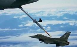Ngoạn mục cảnh Boeing KC-46A tiếp dầu cho máy bay chiến đấu