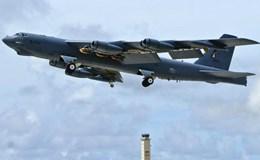"""""""Pháo đài bay"""" B-52 bị rơi động cơ khi đang bay"""