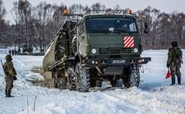 Dàn xe quân sự Nga diễn tập tình huống vượt sông băng