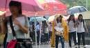 Sĩ tử vội vã đội mưa làm thủ tục thi THPT quốc gia