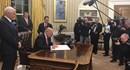"""Trump ký sắc lệnh phá bỏ di sản đầu tiên của Obama """"chương trình Obamacare""""."""
