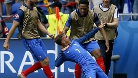 """Griezmann và người Pháp chơi bóng, khán giả """"sướng con mắt"""""""