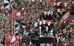 Hàng ngàn người chào đón Ronaldo và Cúp vô địch EURO ngày trở về