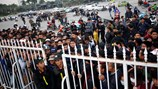 Già trẻ gái trai xếp hàng dài cả cây số để mua vé trận Việt Nam - Indonesia