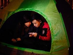 Người dân mắc lều, trắng đêm chờ mua vé trận Việt Nam - Indonesia