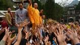 Nhà sư tung lộc ở chùa Hương là sai và đã bị nhắc nhở