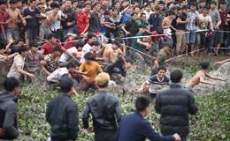 """Lễ hội Hiền Quan """"vỡ trận"""", hàng trăm thanh niên """"thuỷ chiến"""" cướp phết"""