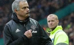 Gặp Chelsea, Mourinho lại chỉ tay lên logo M.U trên ngực áo