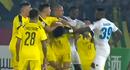 Video: Hoàng Vũ Samson đấm cầu thủ CLB Ceres Negros (Philippines)