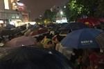 Video: Hàng nghìn người nô nức xem pháo hoa mừng Quốc khánh bất chấp trời đổ mưa