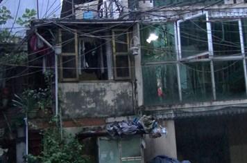 """""""Đột kích"""" những ngôi nhà cổ xập xệ, chia năm xẻ bảy ở Hà Nội"""
