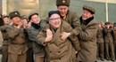 Xôn xao bức ảnh lãnh đạo Triều Tiên Kim Jong-un tươi cười cõng cấp dưới