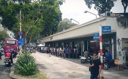 """Hàng trăm bạn trẻ """"đội nắng"""", xếp hàng chờ mua giày giảm giá"""