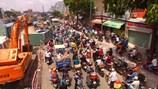 """TPHCM: Nhiều điểm kẹt xe vì """"lô cốt"""" chiếm đường"""