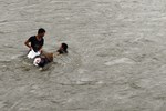Video: Người dân bất chấp tính mạng đổ xuống sông Mông Dương mò than