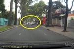 Video: Hai tên cướp táo tợn cướp dây chuyền trên phố tại Sài Gòn