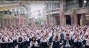 Nghẹn lòng nghe 3000 học sinh hát chúc thầy Văn Như Cương mau khỏe