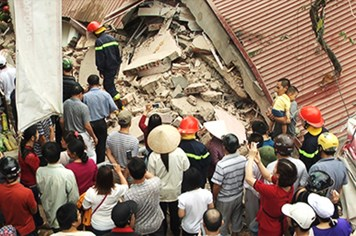 Bắc Giang: Sập nhà 3 tầng, 1 người mắc kẹt trong đống đổ nát