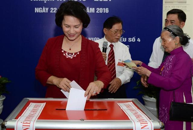 Chủ tịch Quốc hội Nguyễn Thị Kim Ngân bỏ phiếu tại khu vực bầu cử số 4 phường Vĩnh Phúc, Ba Đình, Hà Nội