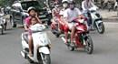 Từ ngày mai (1.8), sử dụng ô khi đi xe máy bị phạt đến 200.000 đồng